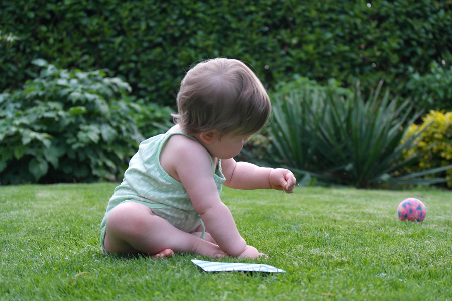 Mirthe-tuin-gras-baby